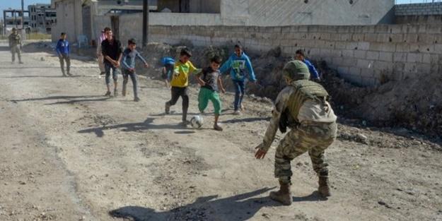 Mehmetçik Suriyeli çocuklarla top oynadı
