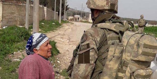 Mehmetçik'i gören Suriyeli kadın ağlayarak o soruyu sordu