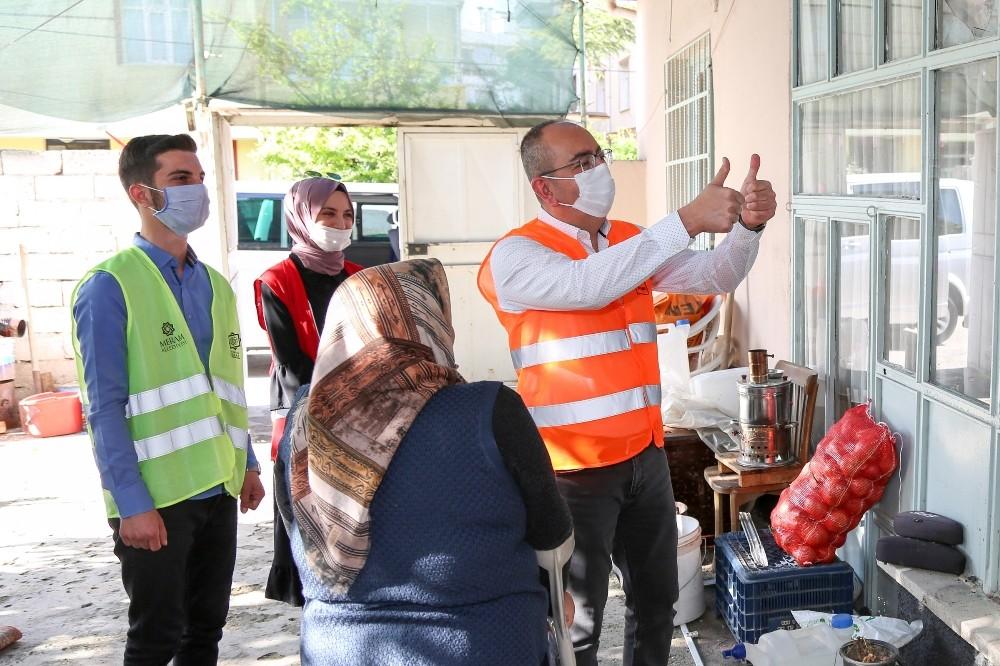 Meram'da yalnız yaşayan büyüklerin iftar yemeklerini Başkan Kavuş dağıttı