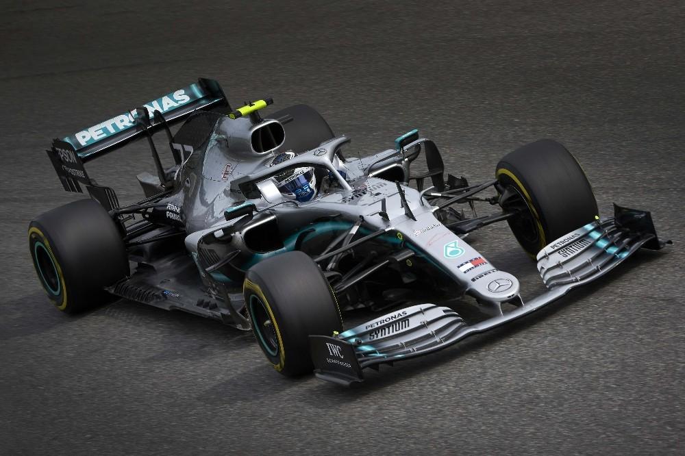 Mercedes, İtalya'da pilotlarını podyuma taşıdı
