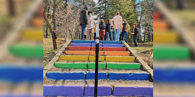 Merdivenlerin renkleri değiştirildi ODTÜ'de eşcinsel azgınlara geçit yok!