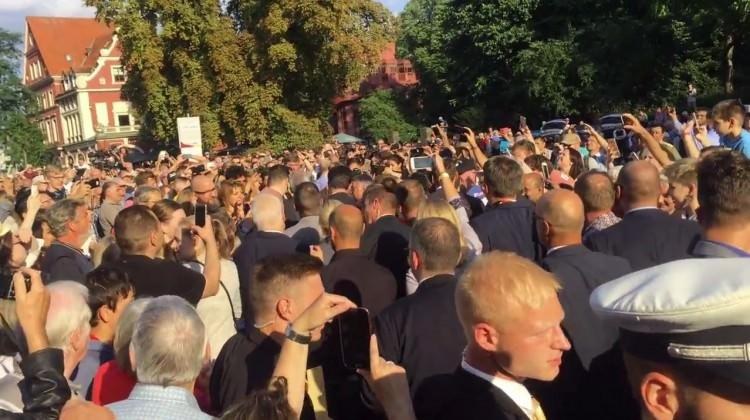 Merkel kalabalığın arasında kayboldu! Etten duvar ördüler