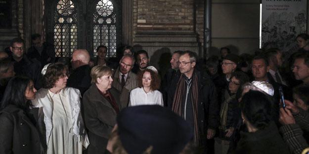 Merkel'den saldırıya uğrayan sinagoga ziyaret