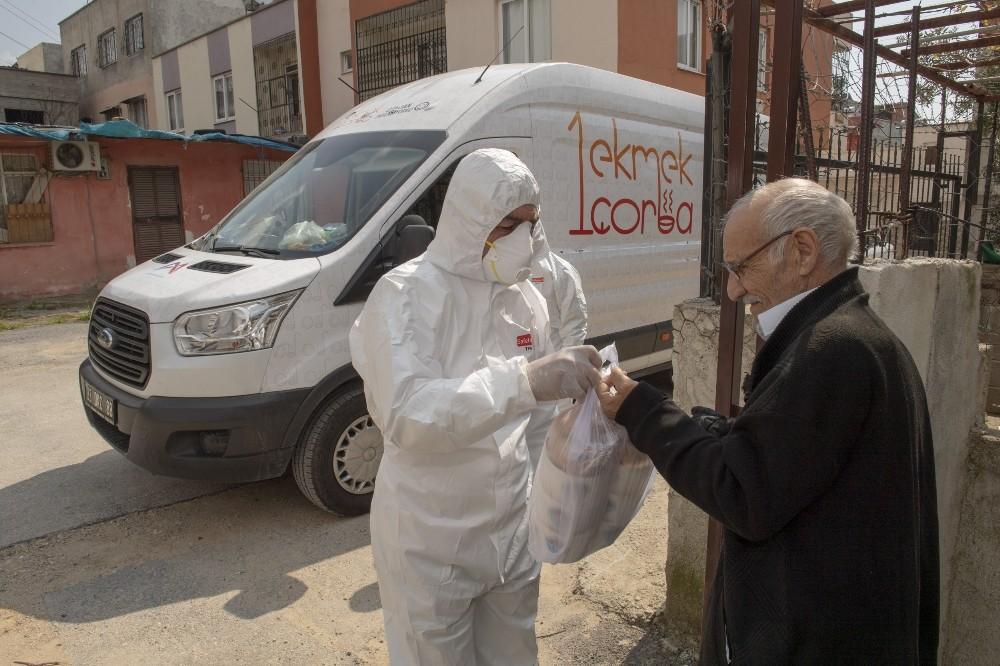 Mersin'de ihtiyaç sahibi yaşlıların yemekleri evlerine ulaşıyor