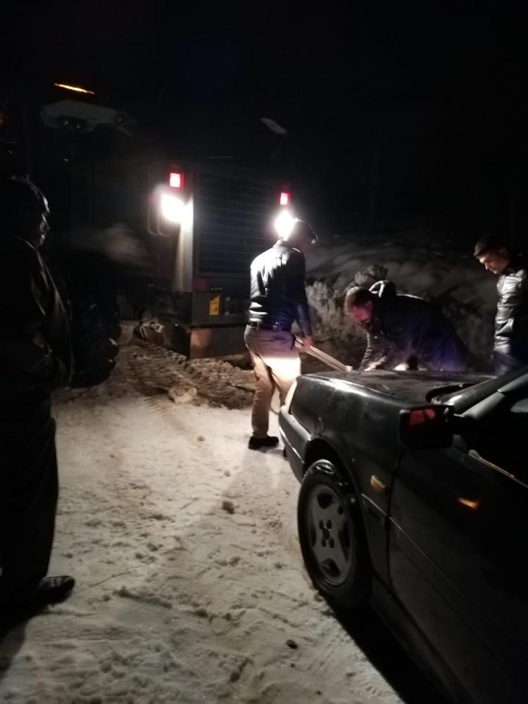 Mersin'de karda mahsur kalan 12 araçtaki vatandaşlar kurtarıldı