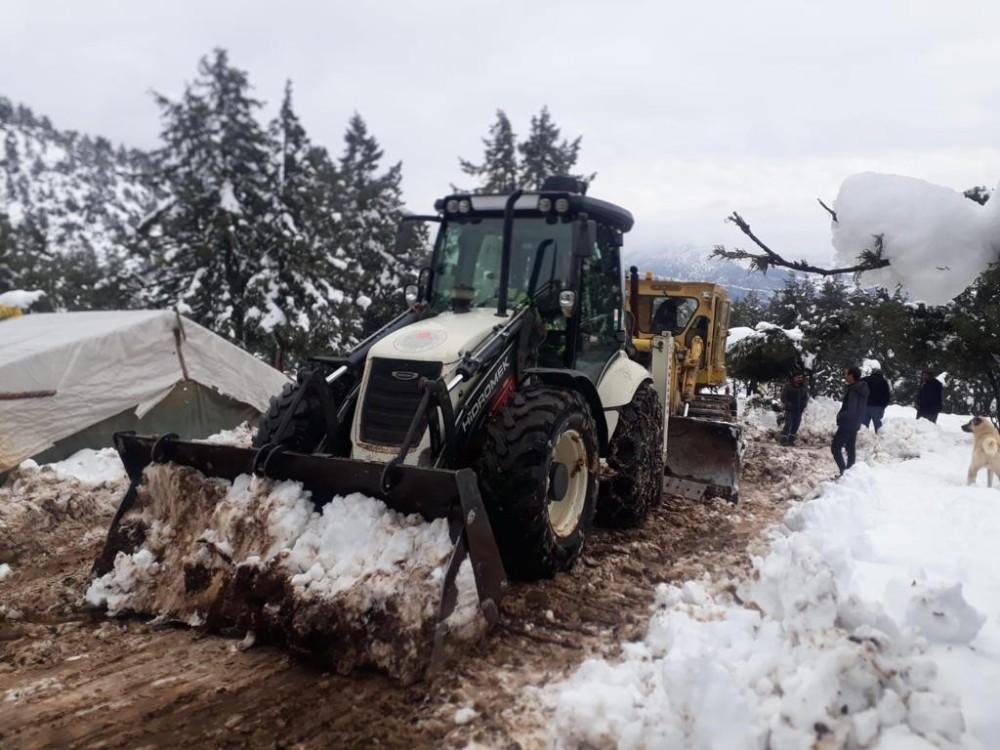 Mersin'de karla mücadele çalışması sürüyor
