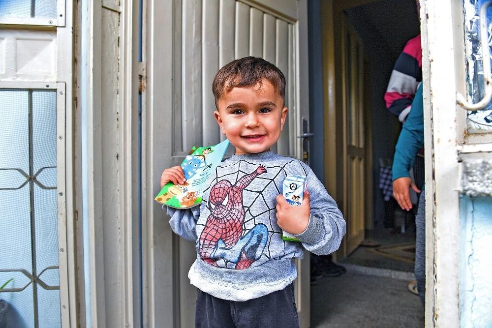 Mersin'de korona virüs salgını sürecinde sütler, çocuklara evlerinde ulaştırılıyor