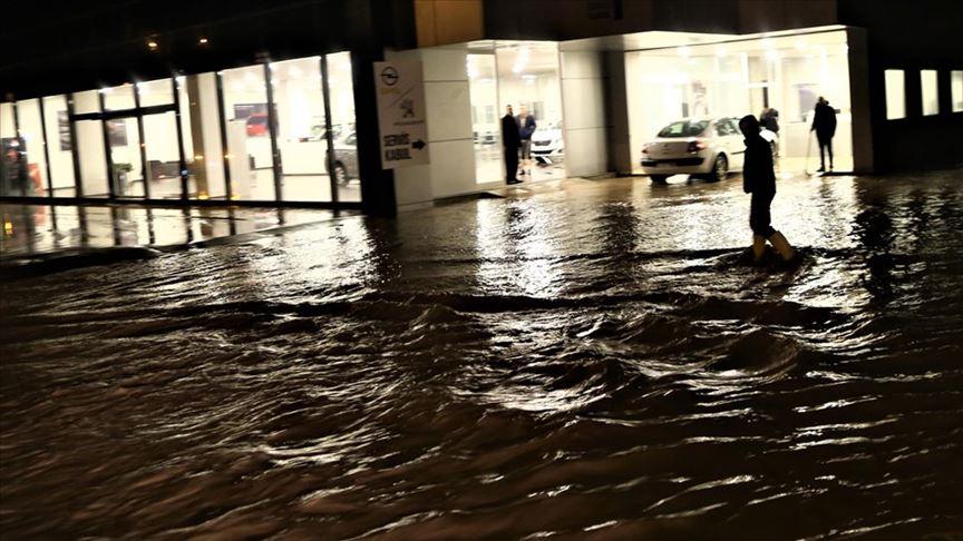 Mersin'de sağanak ve fırtına hayatı olumsuz etkiliyor