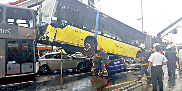 Metrobüste yolcu terörü: 11 yaralı