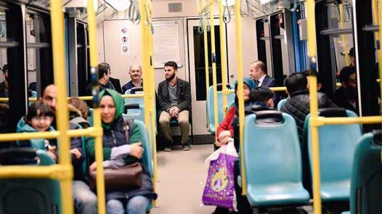 Metroda onu gören telefona sarıldı!