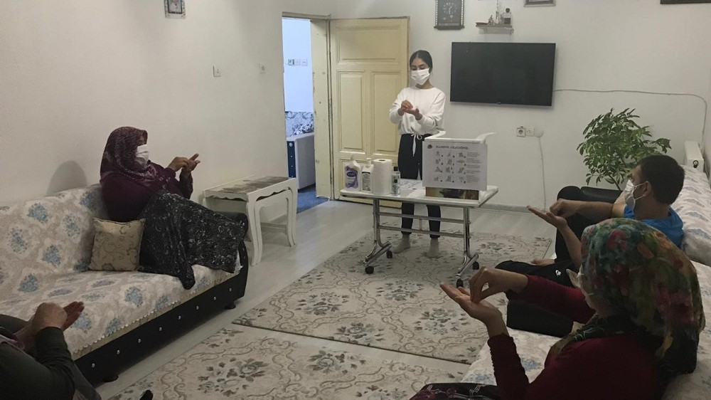 MEÜ'nün hemşire adayları, yaşadıkları illerde maske kullanımı ve hijyeni anlattı