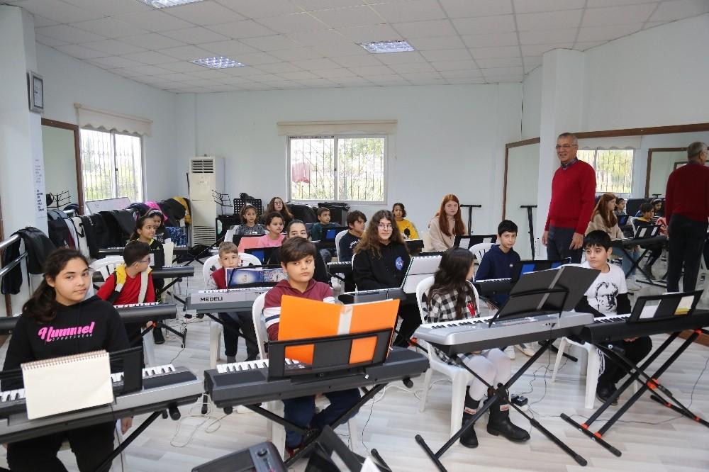 Mezitli Belediyesi'nin piyano kursuna yoğun ilgi