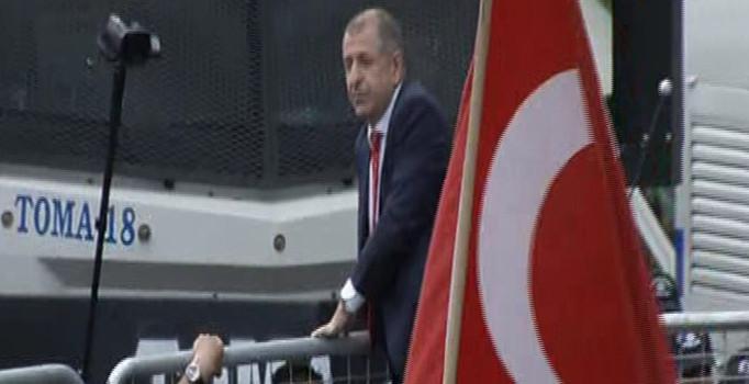 MHP'li Özdağ polis barikatının üzerine çıkarak açıklama yaptı