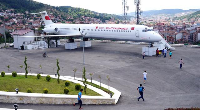Millet kıraathanesine dönüştürülen yolcu uçağı büyük ilgi görüyor