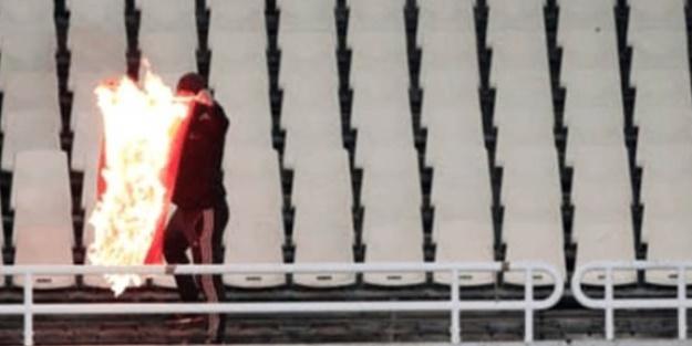 Milli maçta skandal! Türk bayrağı yaktılar!