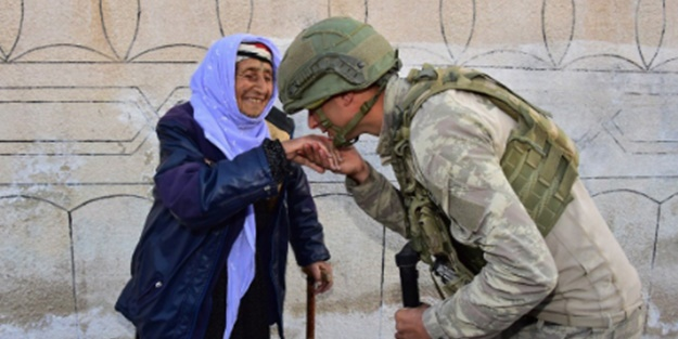 Milli Savunma Bakanlığı askerimizin Rasulayn'daki yaşlı kadının elini öptüğü anın fotoğrafını paylaştı