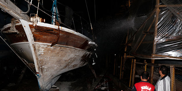 Muğla'da gece vakti korkutan anlar! Gezi teknesi küle döndü