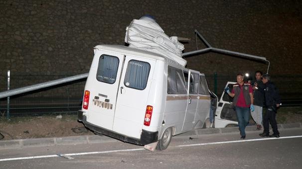 Muğla'da korkunç kaza! Elektrik direğine çarpan minibüs parçalandı