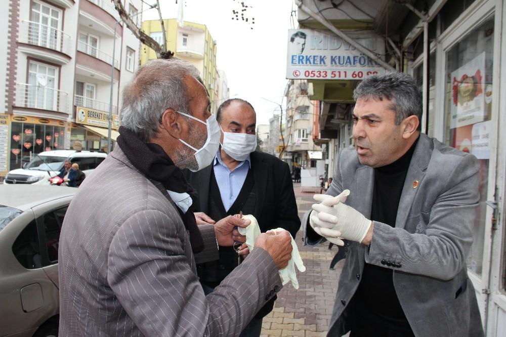 Muhtar, korona virüsüne karşı maske ve eldiven dağıttı