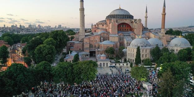 Müjdeli açıklamanın ardından vatandaşlar Ayasofya Camii'ne akın ediyor