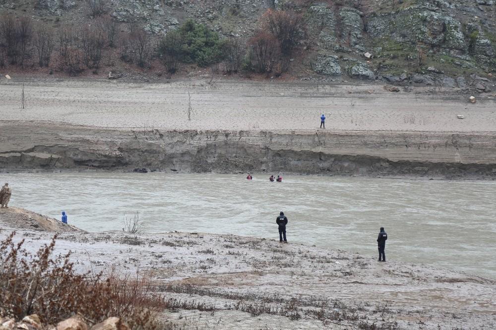 Munzur Çayı'na düşen Uzman Çavuş Yılmaz Güneş'i (36) arama çalışmaları baraj gölüne kaydırıldı