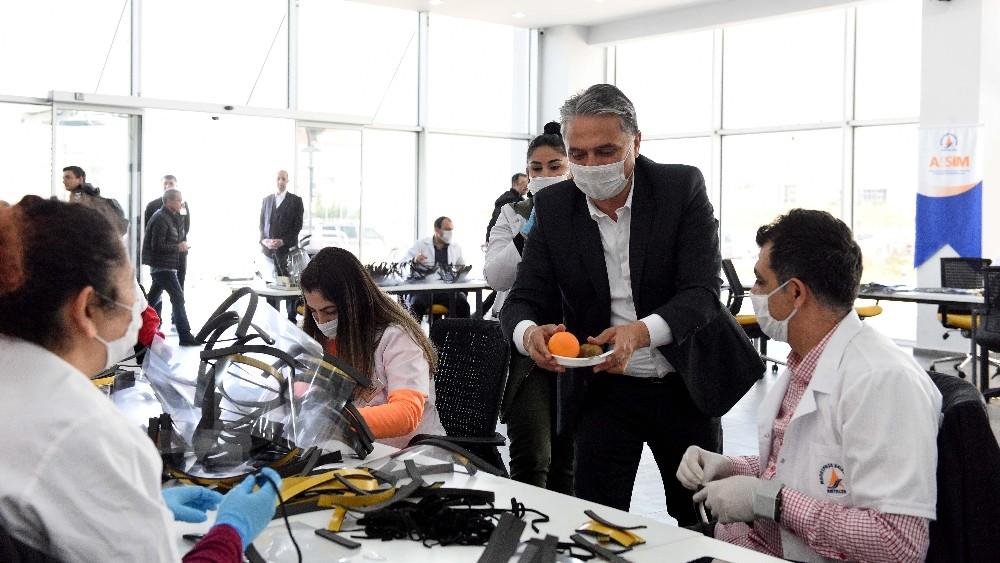 Muratpaşa 13 bin 850 adet siperlikli maske dağıttı