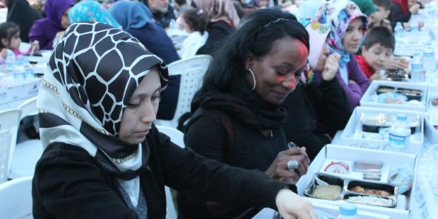 Müslüman olan ABD'li şarkıcı iftarını vatandaşlarla yaptı!