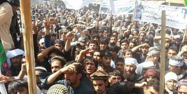 Müslümanlar o el ilanları için sokağa döküldü