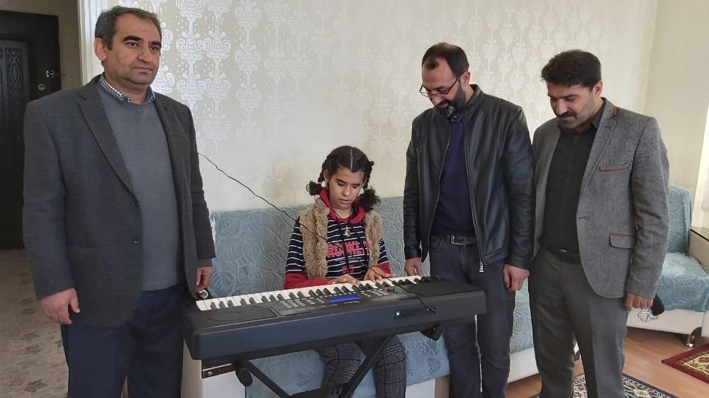 Müzik tutkunu görme engelliye Almanya'dan müzik aleti