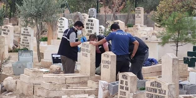 Nasıl gerçekleştiği bilinmiyor... Mezarlıkta dehşete düşüren olay! Çantayı açan polisler korkunç görüntüyle karşılaştı