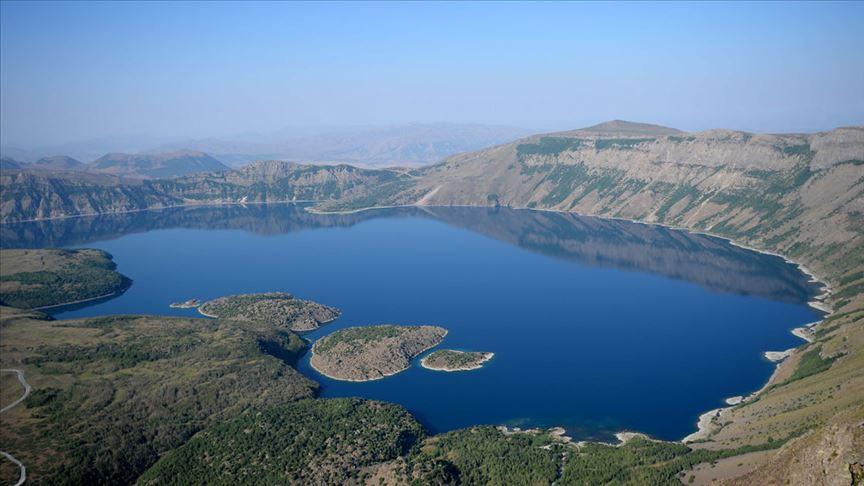 Nemrut Krater Gölü görenleri büyülüyor