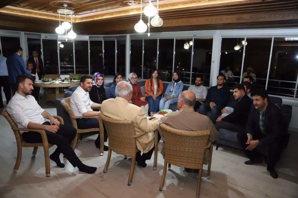 Nevşehir Belediye Başkanı Rasim Arı, gençleri sahurda evinde misafir etti