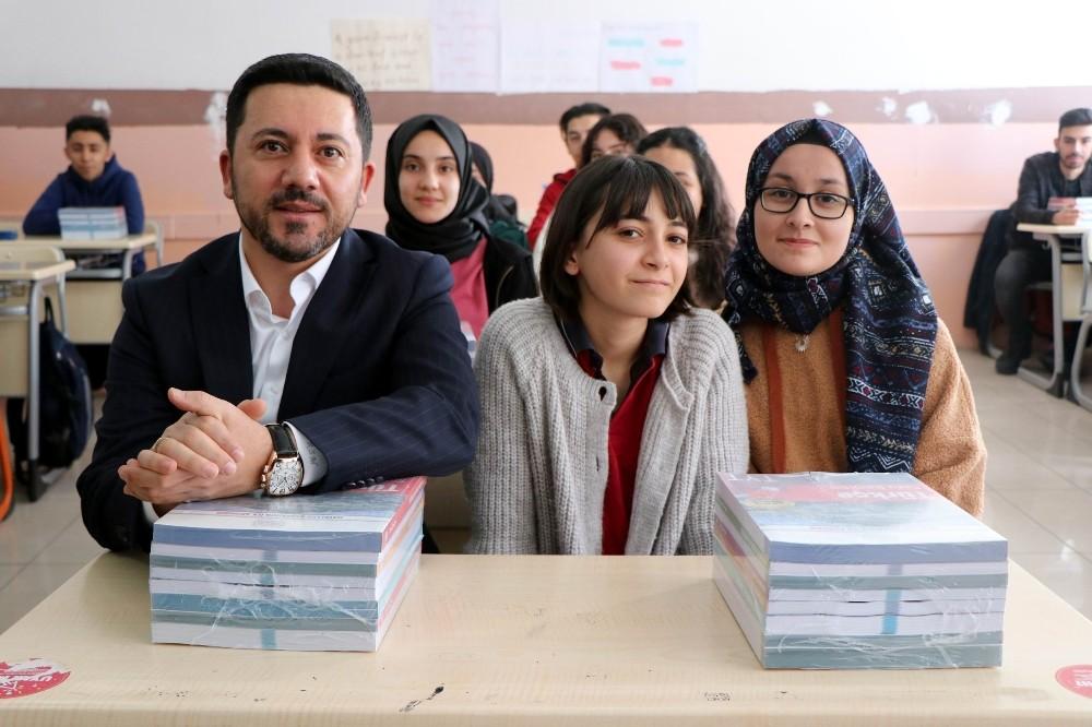 Nevşehir Belediyesi tarafından üniversiteye hazırlanan öğrencilere kitap seti dağıtıldı
