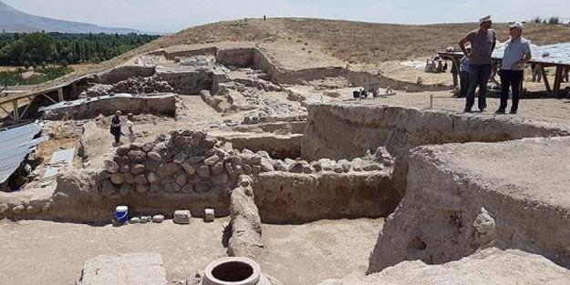 Niğde'de 2 bin 100 yıllık tapınak bulundu