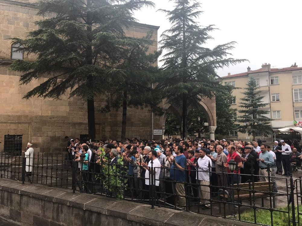 Niğde'de STK'lar Mursi için gıyabi cenaze namazı kıldı