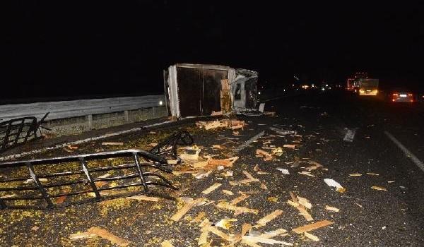 Niğde'de yolcu otobüsü devrilen kamyonete çarptı: 4 yaralı