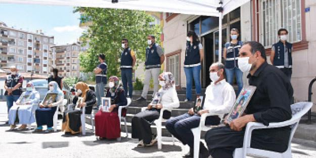 Normalleşmenin ardından HDP önüne giden anneler Akit'e konuştu! HDP'nin peşini bırakmayacağız