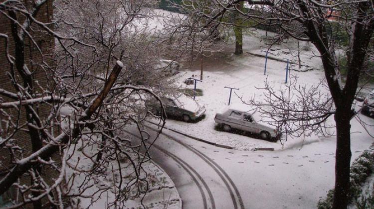 O ülkeyi kış geri döndü! Yollar kapandı...