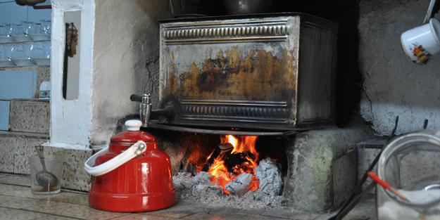 Odun ateşinde çay demliyor, bir bardak çay fiyatını ise…