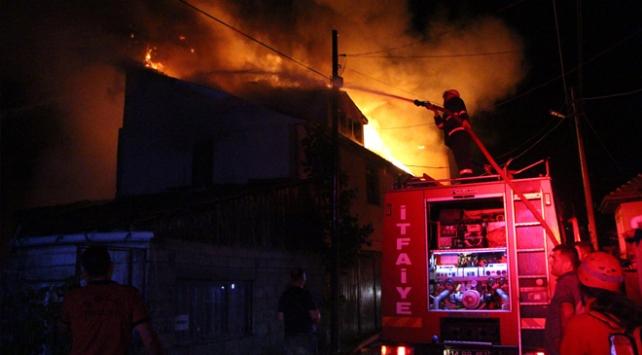 Odunlukta çıkan yangın bayramda 3 aileyi evsiz bıraktı