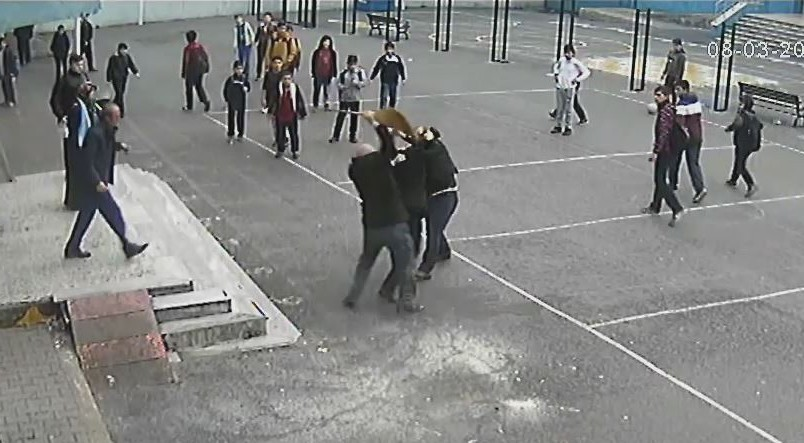 Öğrenci velisi öğretmene böyle saldırıdı!