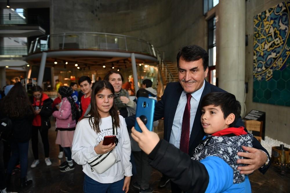 Öğrencilerin Başkan Dündar ile selfie yarışı