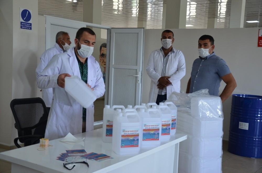 Okullarda ücretsiz dağıtılmak için günde 3 ton dezenfektan üretiliyor