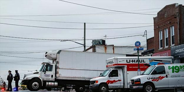 Ölülerle dolup taşan cenaze evinin kamyonlara yüklediği cesetlere operasyon