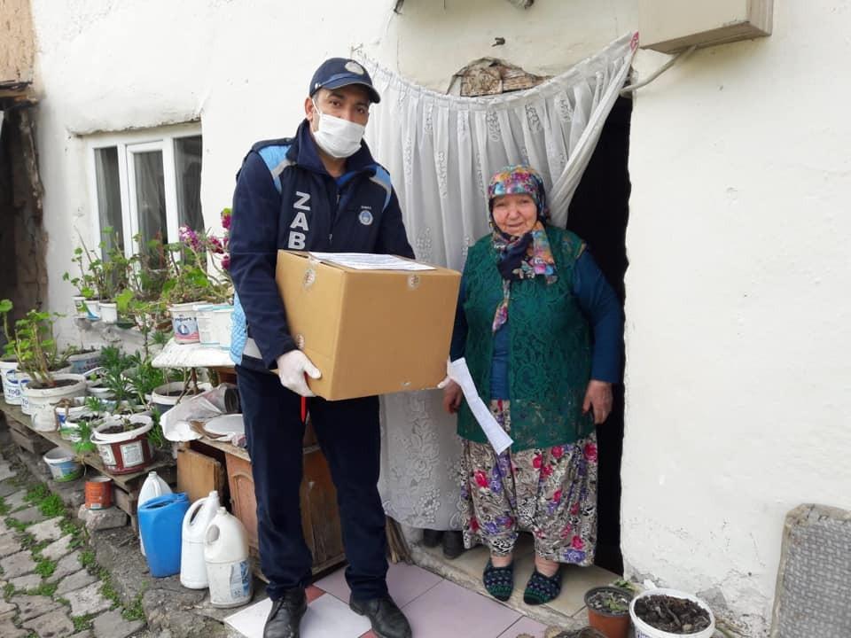 Osmaneli'nde 65 yaş üstü kişilere ihtiyaçları evlerine götürüldü