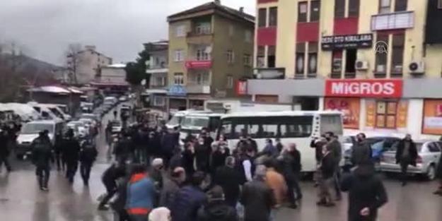 Otobüs ve dolmuş şoförleri birbirine girdi! Polis zor ayırdı, yaralılar var