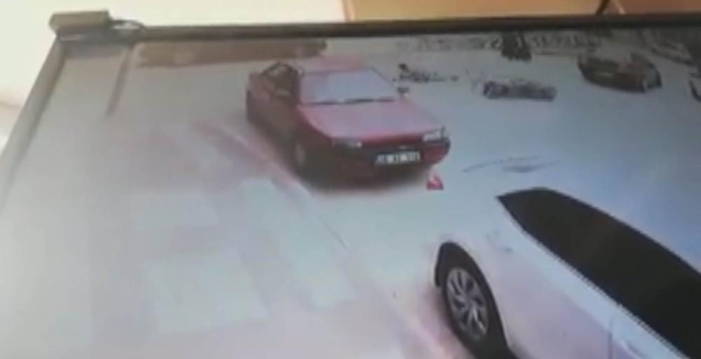 OTOMOBİL İLE MOTOSİKLET ÇARPIŞTI, KAZA ANI KAMERAYA YANSIDI