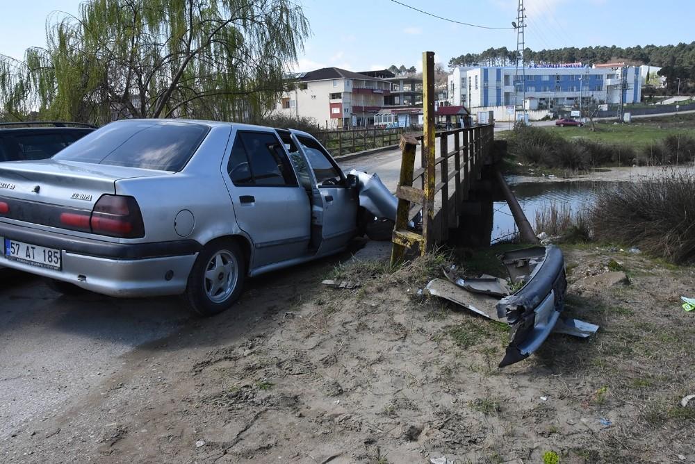 Otomobil köprü korkuluklarına çarptı: 2 yaralı