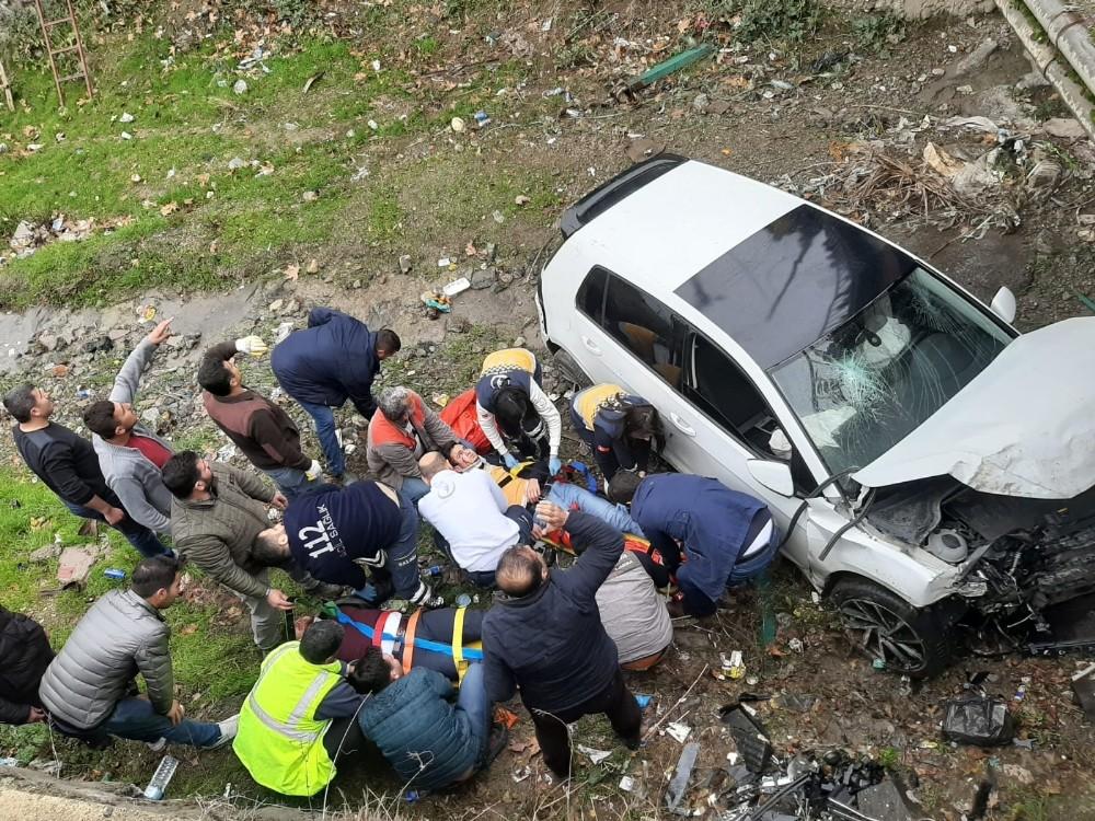 Otomobil köprüden düştü: 2 yaralı