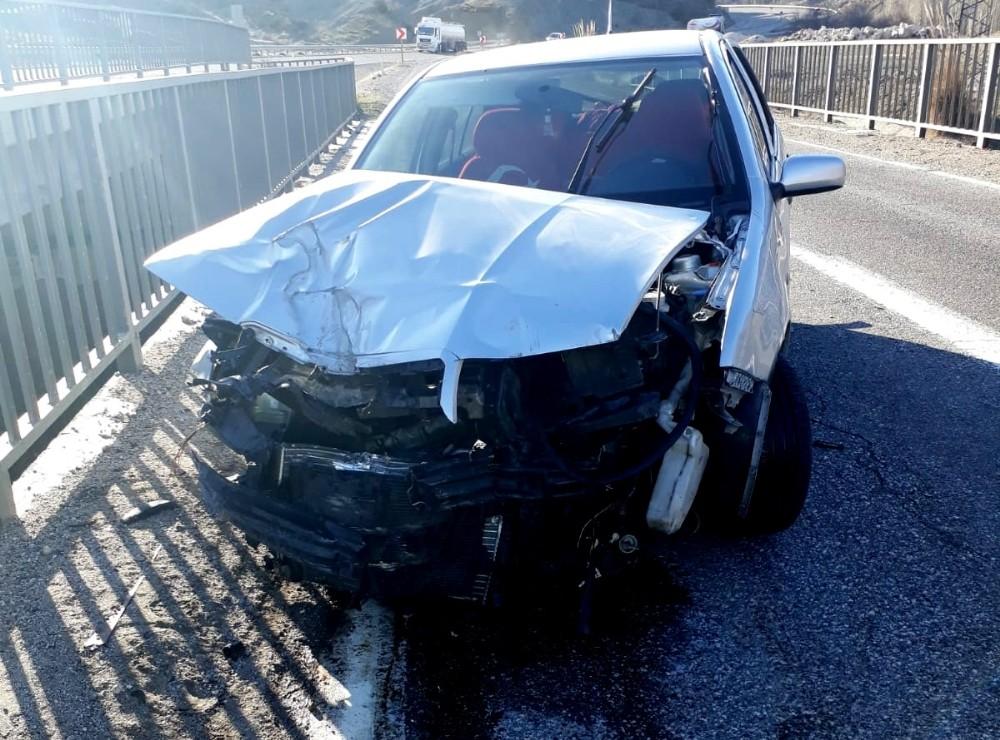 Otomobil köprünün korkuluklarına çarptı